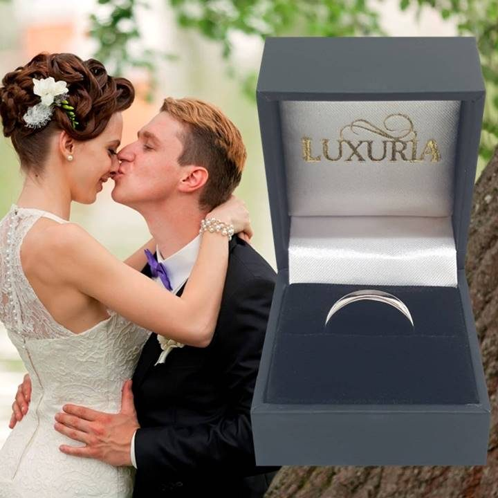 Luxuria comfort fit 2.5mm wedding band. 925 sterling silver with deluxe leatherette gift box